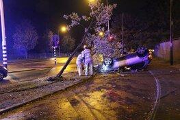 Auto op de kop na ongeval in Hilversum