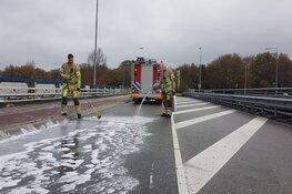 Brandweer reinigt lang stuk weg in Bussum, veel stremming
