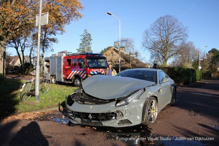 Ferrari totall loss na ongeval in Laren
