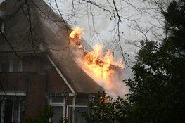 Grote brand bij woning met rieten kap in Bussum
