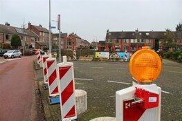 Gemeente plaatst betonblokken bij Kamperfoelieschool in Huizen