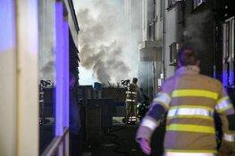 Container in brand tegen gevel in Hilversum
