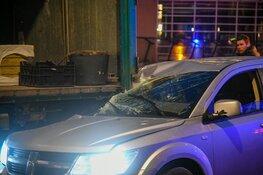 Auto botst achterop lossende vrachtwagen in Hilversum