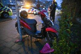 Scooterrijder onder bestelbus in Hilversum