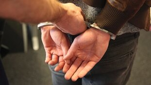 Viertal opgepakt voor 'exposen' jonge kwetsbare vrouwen