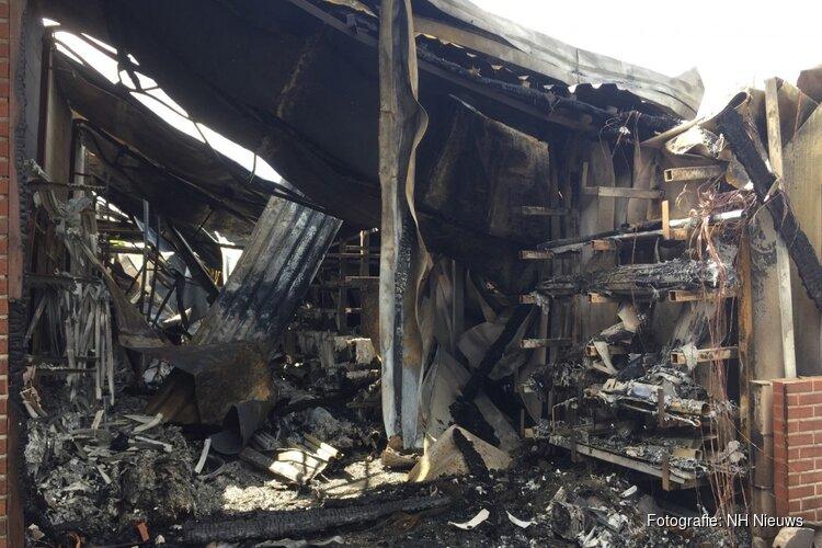 Opgetrokken rook laat ravage zien na brand in loods Loosdrecht