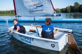 Kinderen maken gratis kennis met de watersport bij Optimist on Tour tijdens de Huizer Havendag