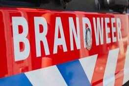 Auto in brand pal naast tankstation in Naarden