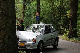 Auto knalt met volle vaart tegen boom in Naarden
