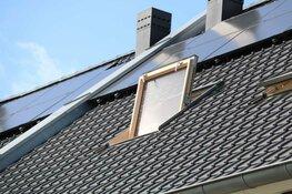 Wéér brand in dak door zonnepanelen