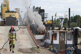 Aangemeerde boot vat vlam aan Huizer pier