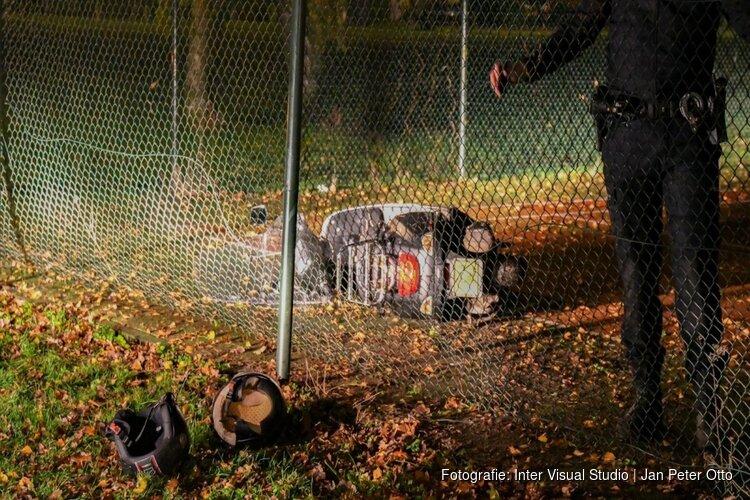 Vluchtende scooterbestuurder crasht door hek van Larense tennisbaan