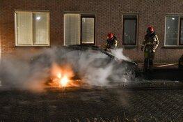 Twee auto's door brand verwoest in Huizen