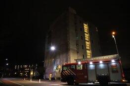 Brandweer verwijdert loshangend doek in Weesp