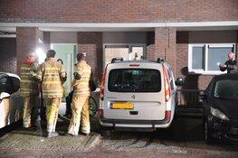 Auto rijdt tegen pilaar van woningen in Hilversum