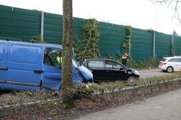 Bestelbus crasht tegen boom