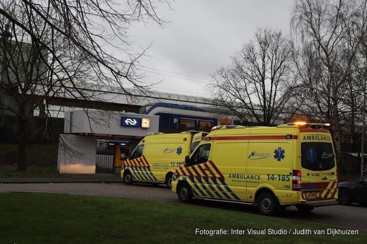 Vrouw gewond na val in trein bij Weesp