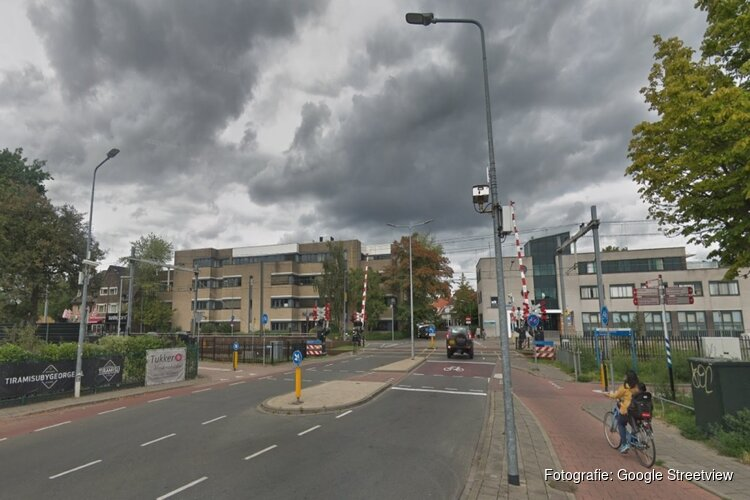 Veelbesproken Hilversumse spoorbomen gaan dicht voor autoverkeer