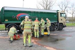 Vrachtwagen verliest complete dieseltank in Bussum