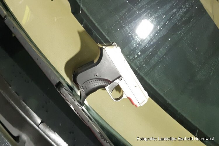 Geladen pistool gevonden bij controle van hardrijders op snelweg bij Muiden