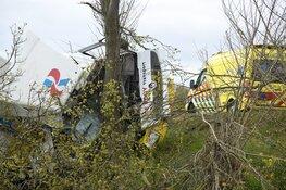 Vrachtwagen beland in sloot in Weesp