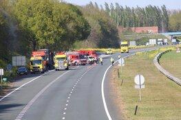 Brand in vrachtwagen vol PVC buizen op A27 bij Blaricum