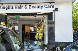 Auto tegen gevel kapper
