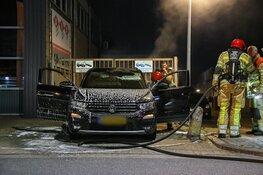 Auto in vlammen op bij bedrijf in Hilversum