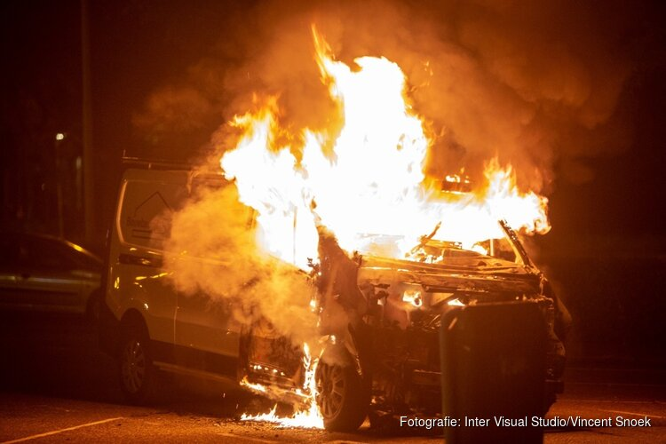 Uitgebrande auto vat opnieuw vlam tijdens berging