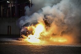 Bestelbus gaat in vlammen op in Hilversum