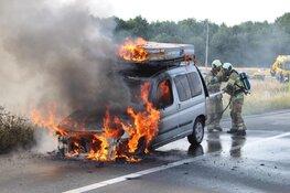 Auto vliegt in brand op A27