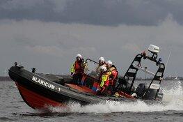 Zeilboot slaat om, opvarenden zwemmen twee uur naar jachthaven Eemnes