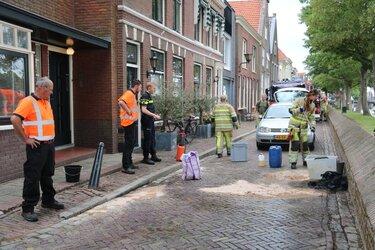 Brandweer verwijderd vuile stof aan Herengracht Muiden