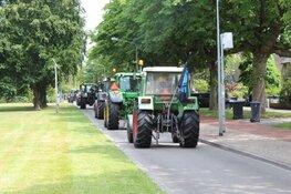 Tractoren rijden door Hilversum na protest