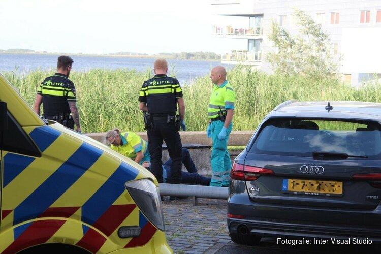 Fietser gewond naar ziekenhuis na botsing in Huizen