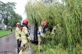Grote tak breekt af en belandt op busje in Naarden