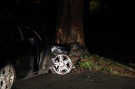 Auto crasht tegen boom in Huizen