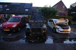 Twee auto's total los bij brand in Huizen