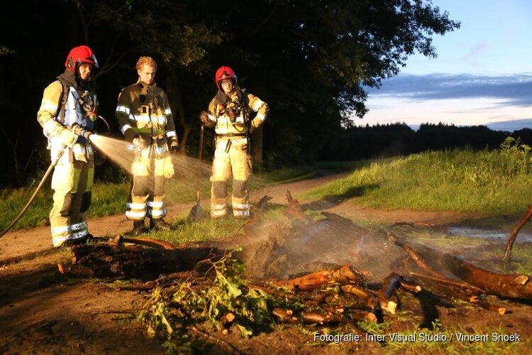 Verlaten kampvuur in Huizen geblust door brandweer
