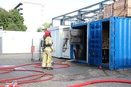 Brandweer haalt gasflessen uit brandende container
