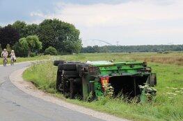 Vrachtwagen van gemeente beland in greppel Weesp