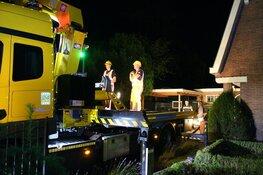 Auto belandt in tuin van woning in Huizen