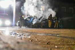 Twee auto's in vlammen op in Huizen