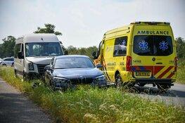 Ongeval tussen taxibusje en auto in Kortenhoef
