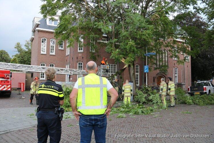 Grote arm breekt uit boom in Bussum