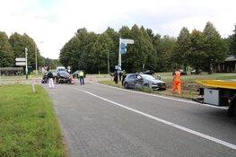 Twee auto's total loss na botsing Naarden