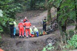 Mountainbiker zwaargewond na val in Huizen