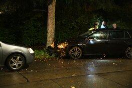 Auto tegen boom gereden in Hilversum